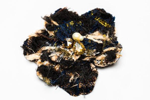 Брошь черно-бежевый текстильный цветок
