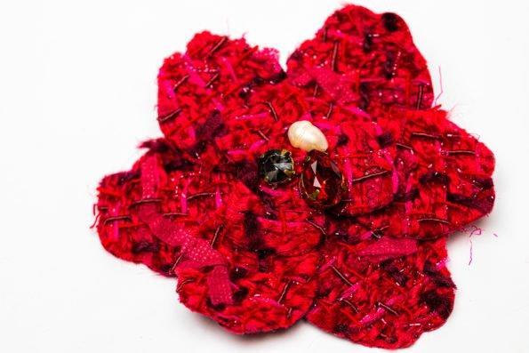 Брошь красный текстильный цветок